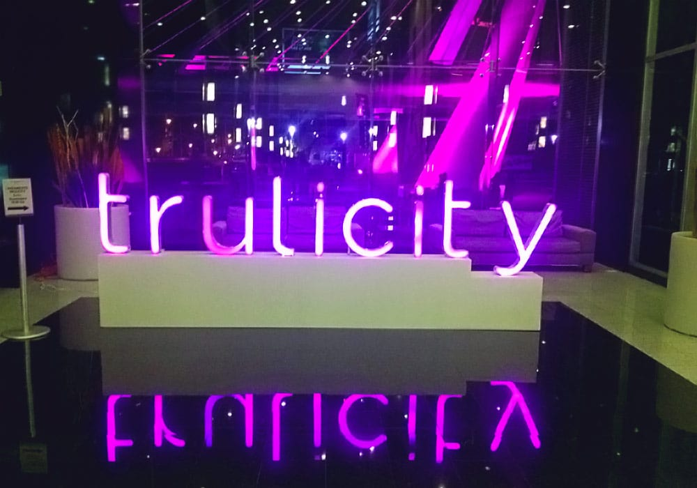 SATmexico-dmc-meetings-events-guadalajara-branding-welcome-neon-banner-lilly-trulicity